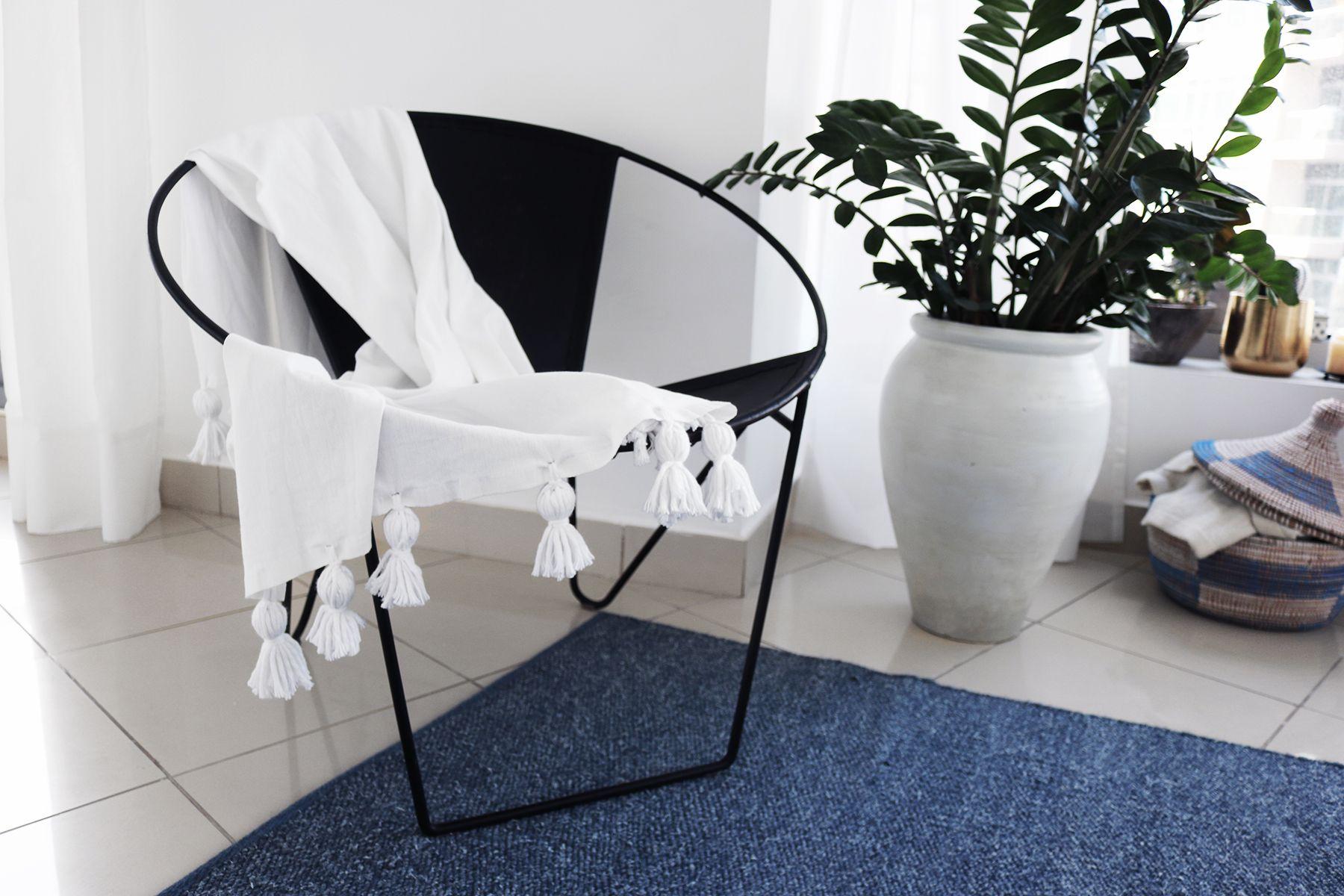 http://kattan.org/contouraffair/homediy/Tassel%20Blanket/DIY_TasselBlanket.jpg